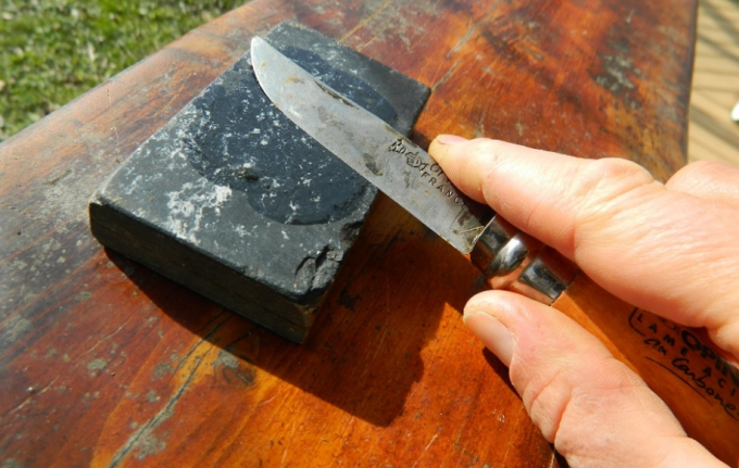 sharpening pocket knife with stone