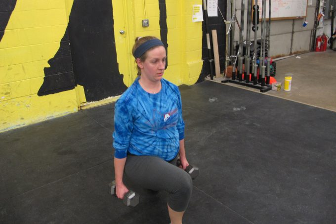 woman doing dumbbell lunges